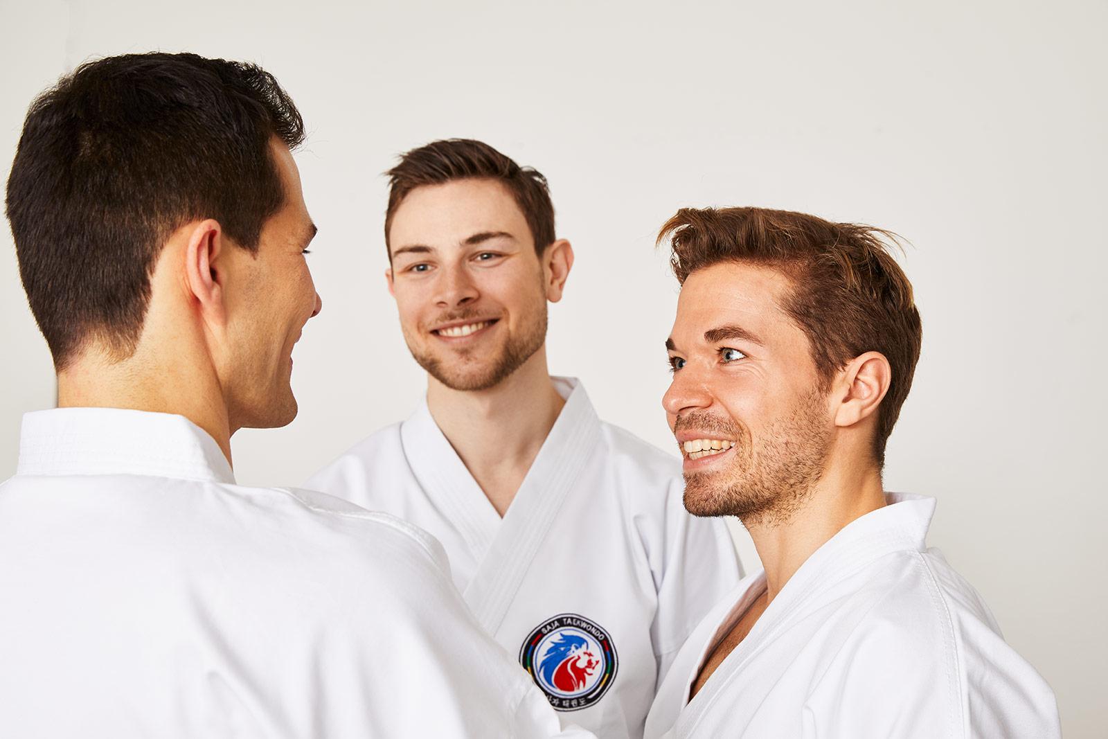 SAJA-Taekwondo_Schwarzgurt_lachende_Schueler_01